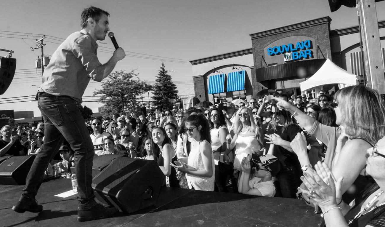 Photo en noir et blanc d'un concert donné devant le Souvlaki Bar